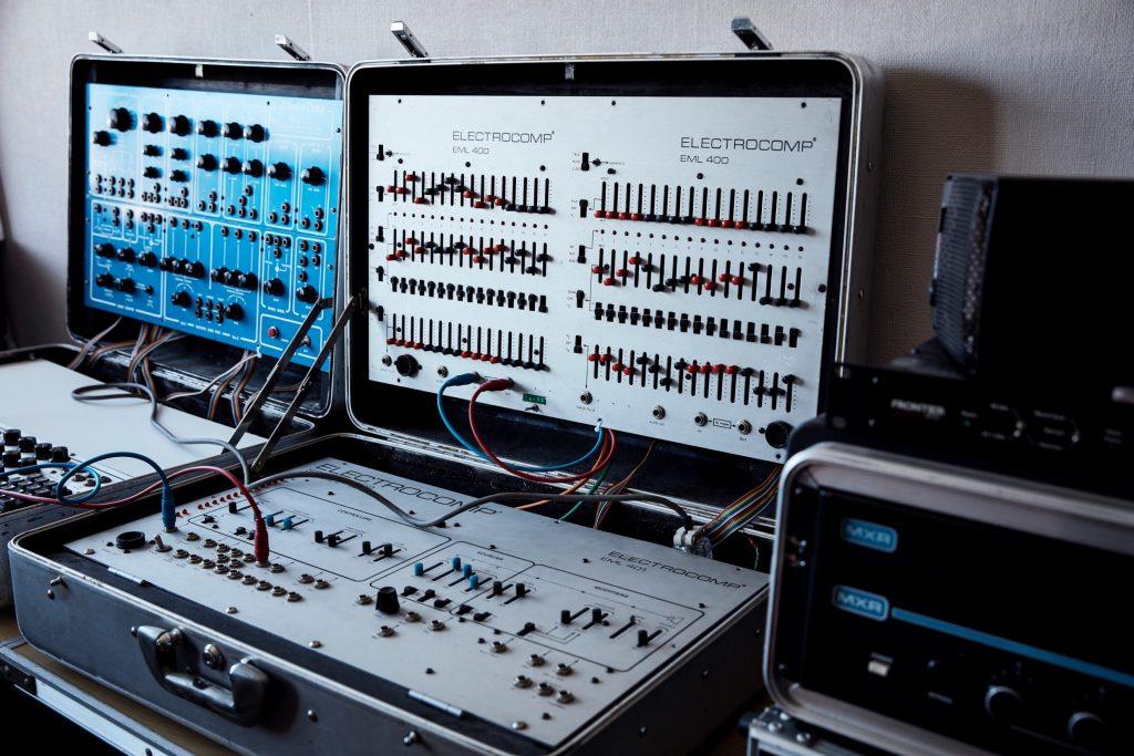 アルミスーツケースに組み込まれたアナログシンセサイザー。ライブの時はこれを持って移動する